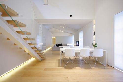 ... un garde corps escalier en verre dans un loft au design minimaliste