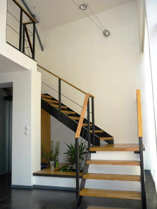 Loftylovin 27 stair design ideas to organize your loft - Escalier noir et bois ...