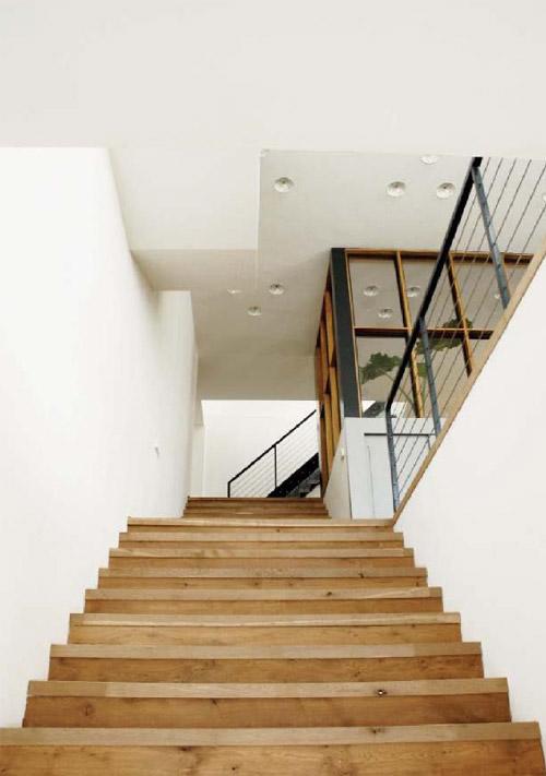 escalier en bois du loft à Amsterdam