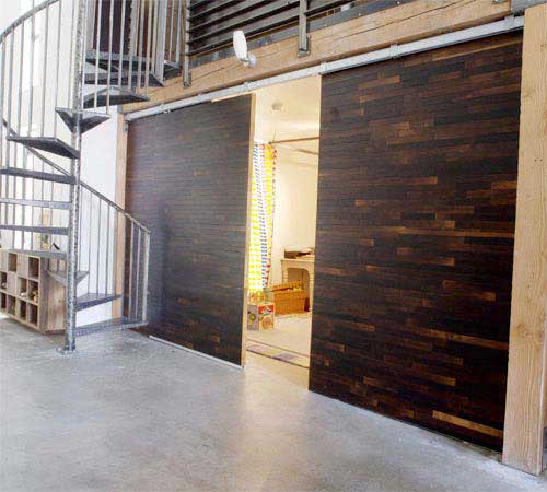 porte coulissante en bois design dans un loft. Black Bedroom Furniture Sets. Home Design Ideas