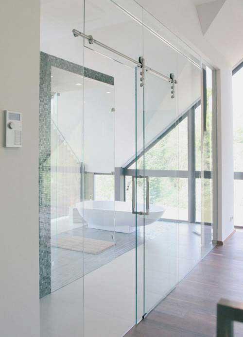 porte coulissante suspendue en verre
