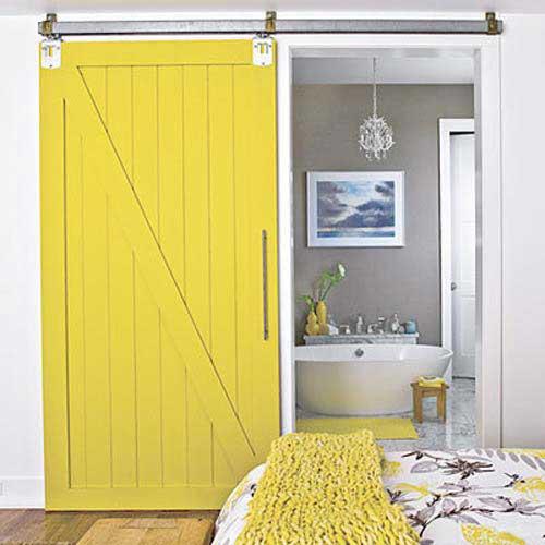 Porte coulissante de grange jaune for Idee deco pour porte coulissante