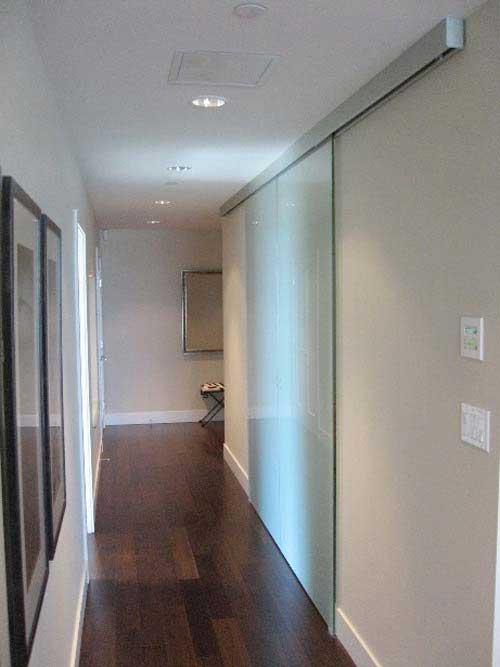 porte coulissante à deux vantaux dans un loft
