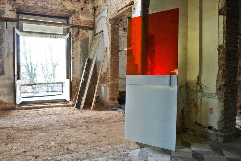 Porte coulissante en verre rouge