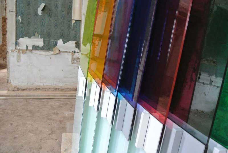 Porte coulissante en verre de couleur