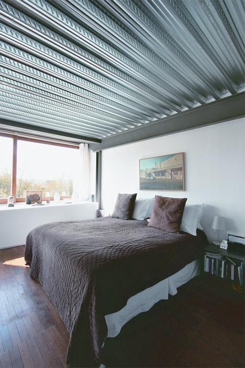 chambre avec plancher dans une maison loft