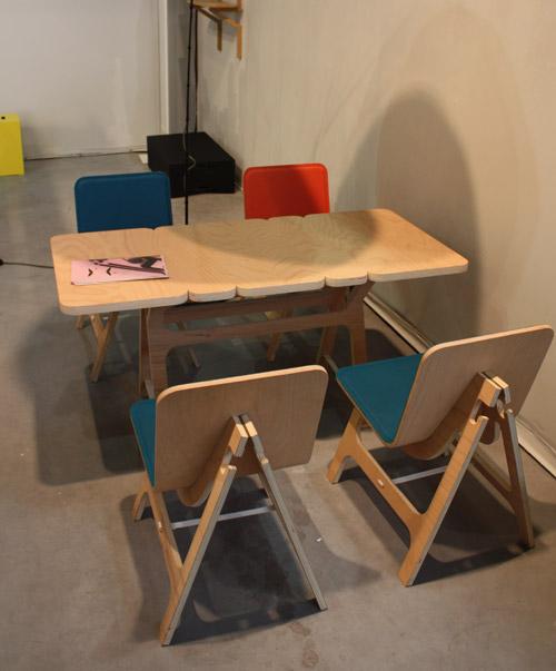 chaise et table en bois