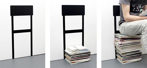 Chaise sticker et pile de magazines