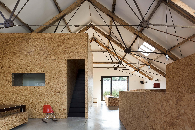 Aménagements en OSB dans une grange transformée en loft