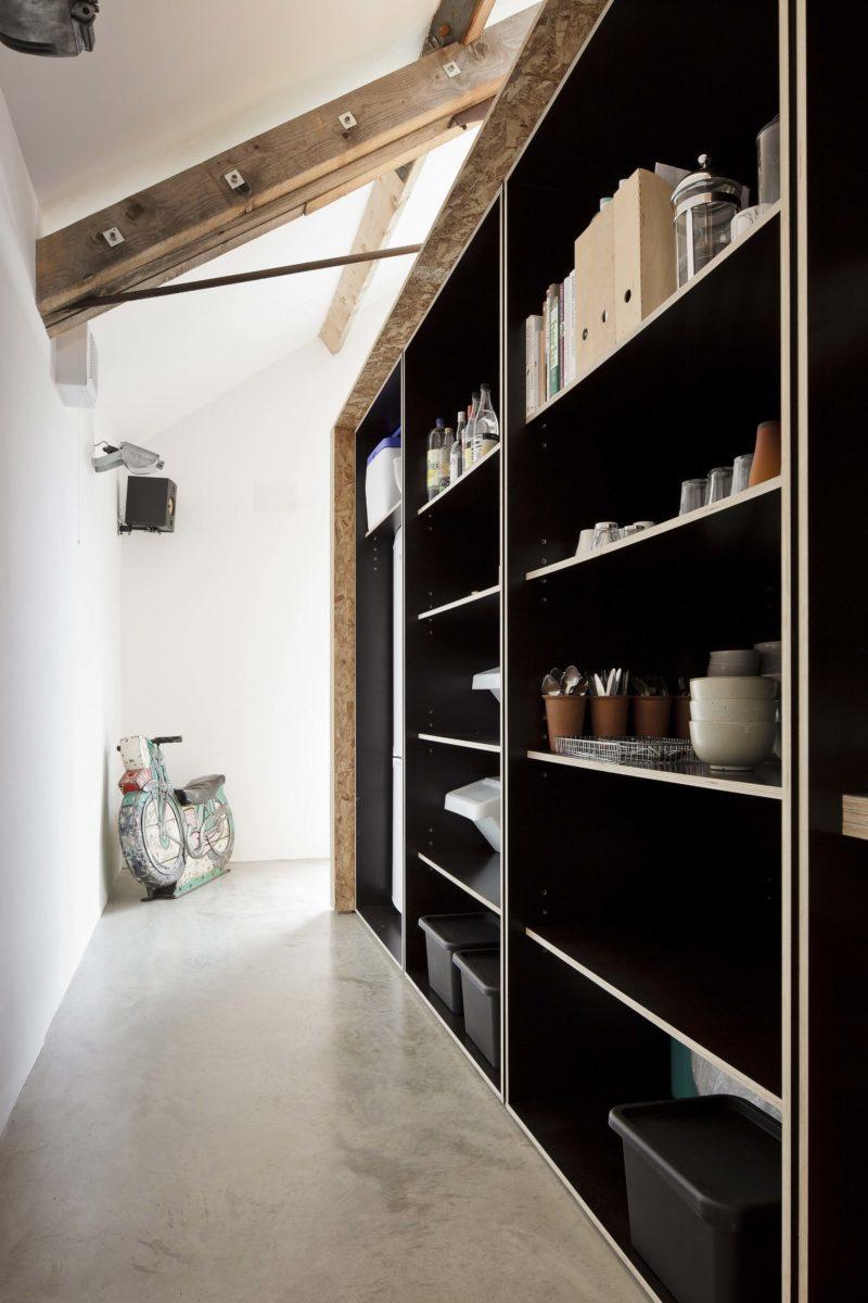 Meuble de cuisine derrière un mur