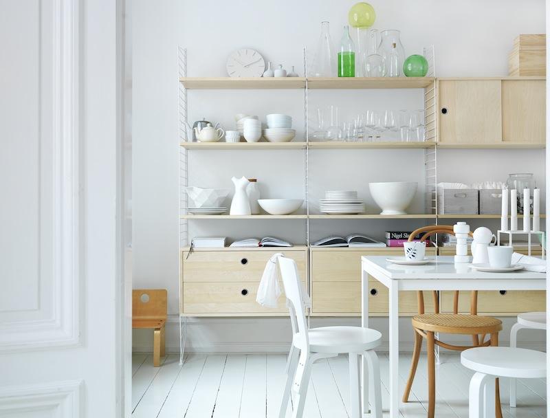 Etagères String Furniture en bouleau avec montants blancs
