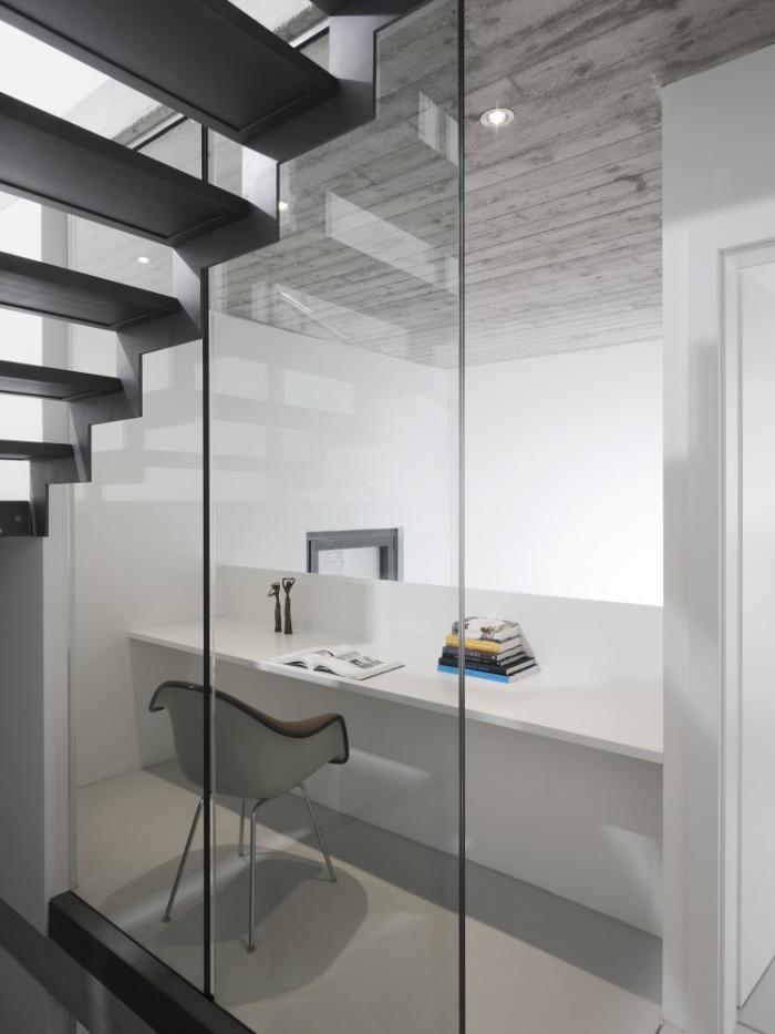 Bureau moderne sous un escalier