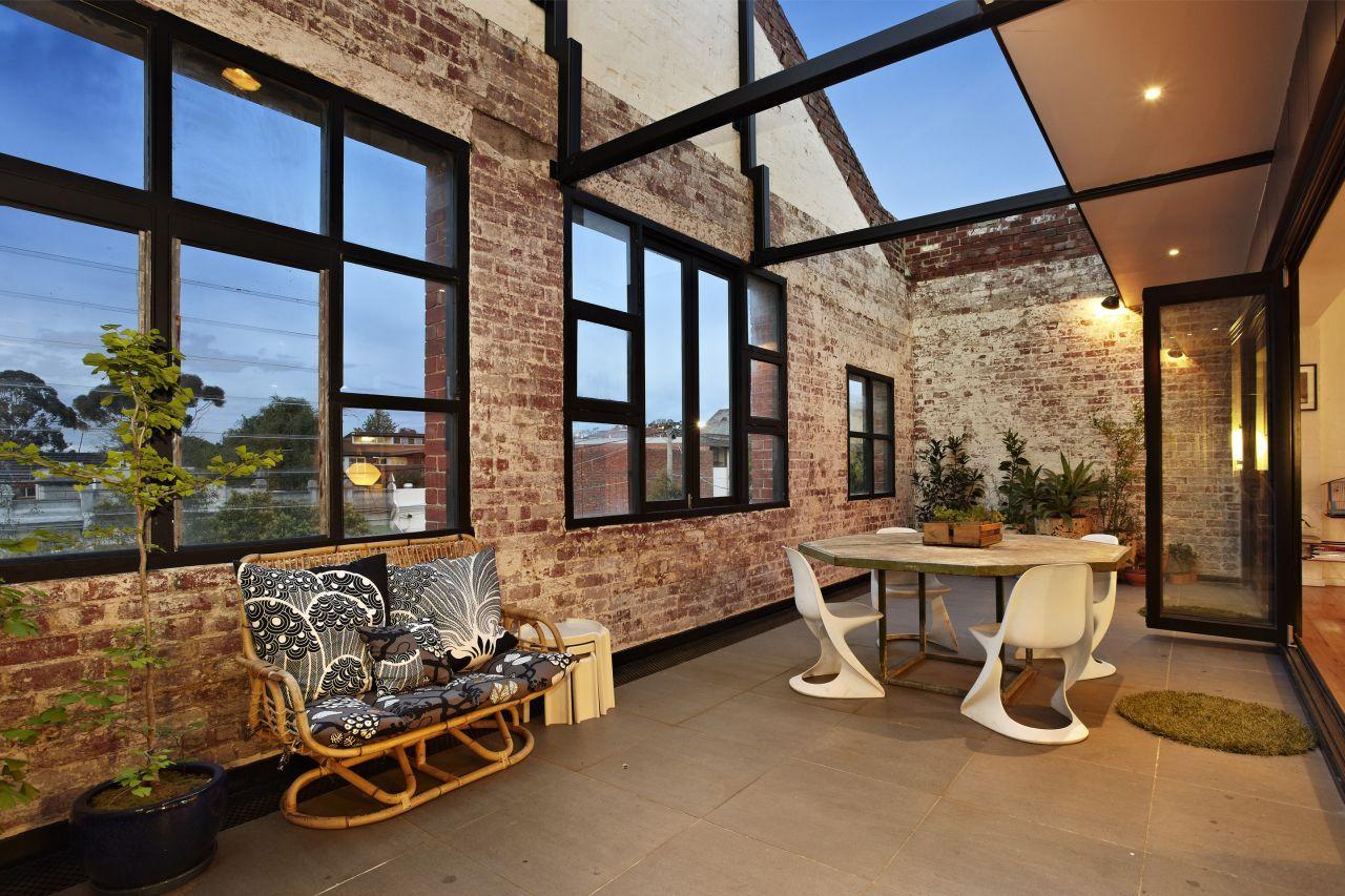 Terrasse avec mur en briques