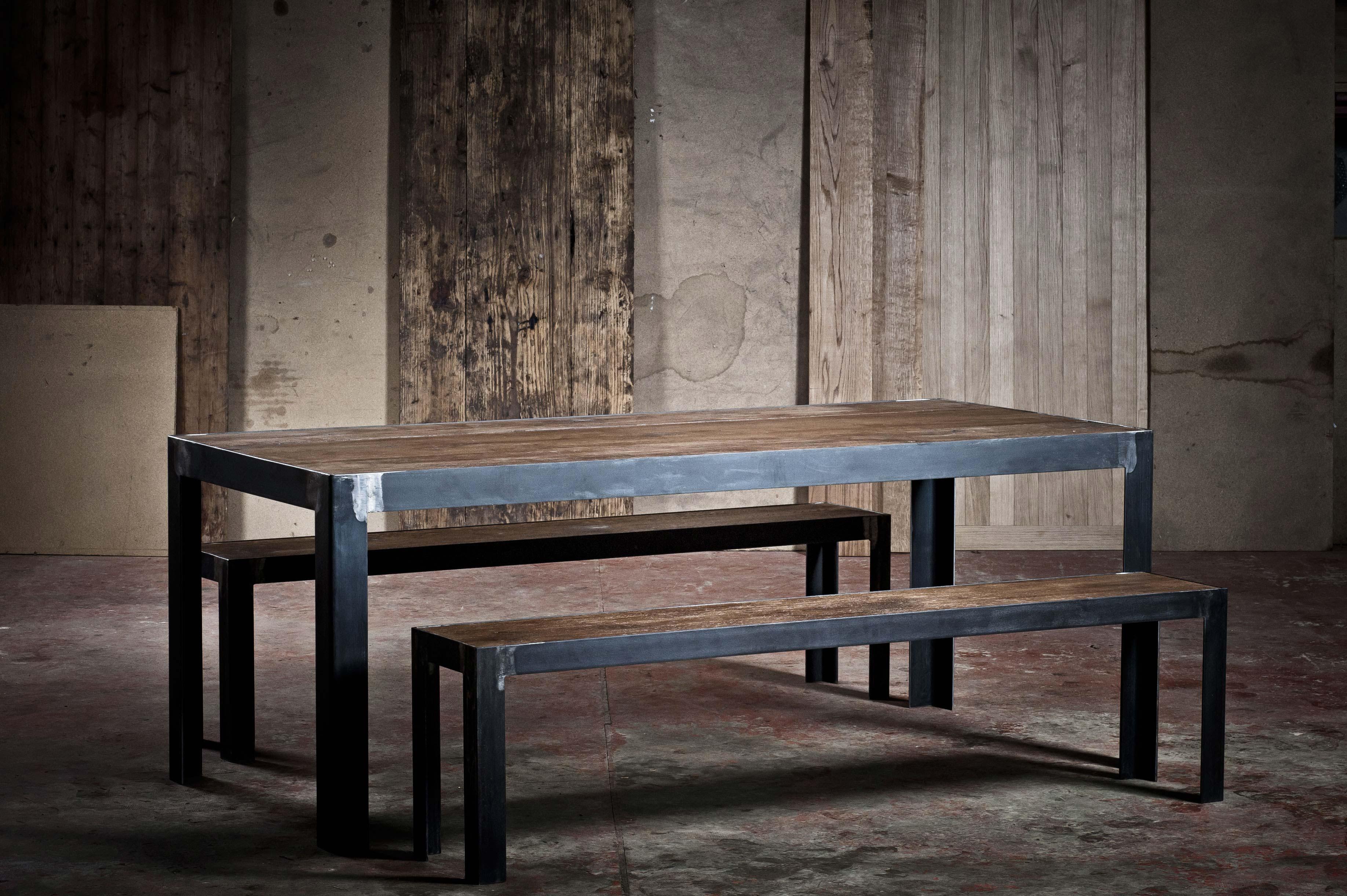 table en m tal et ch ne. Black Bedroom Furniture Sets. Home Design Ideas