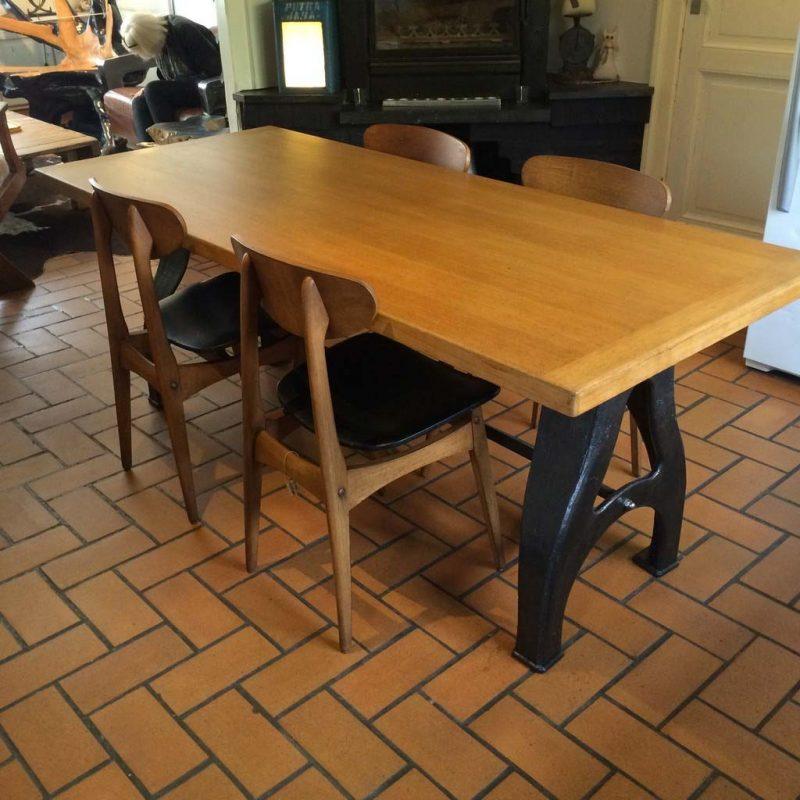 table en ch ne avec pieds en fonte. Black Bedroom Furniture Sets. Home Design Ideas