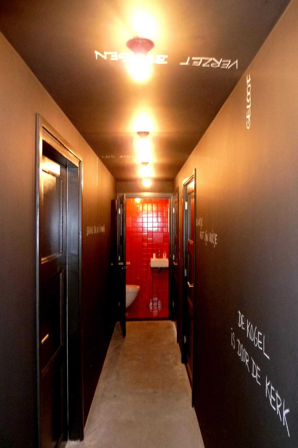 Salle de bains avec murs noirs