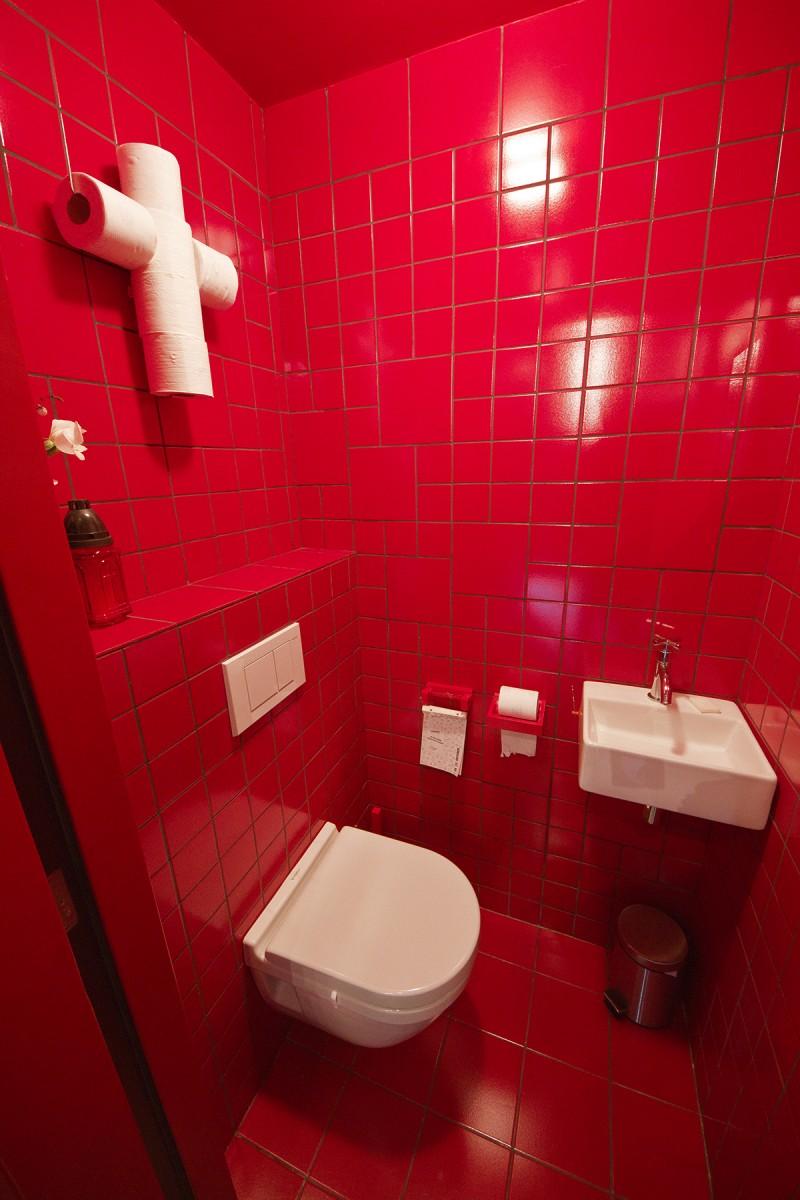 Carrelage rouge dans les toilettes