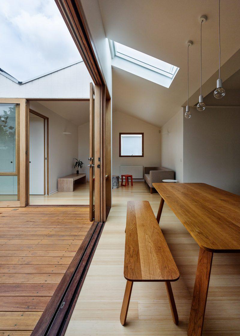 Baie vitrée en bois dans une maison esprit loft