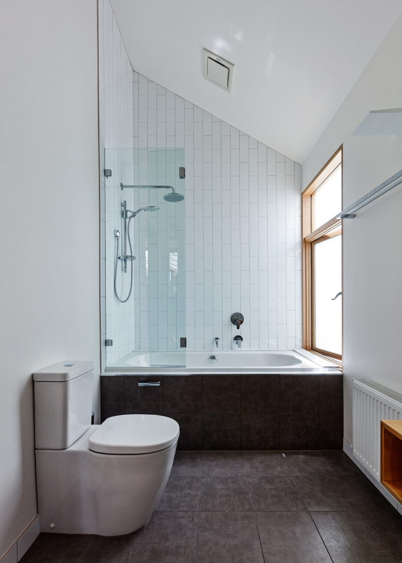 Baignoire avec paroi vitrée pour la douche
