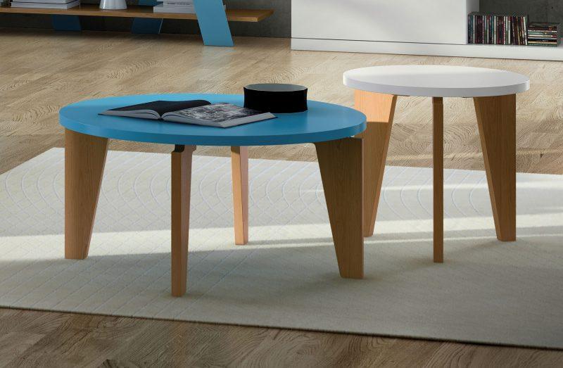 Salon avec deux tables basses rondes
