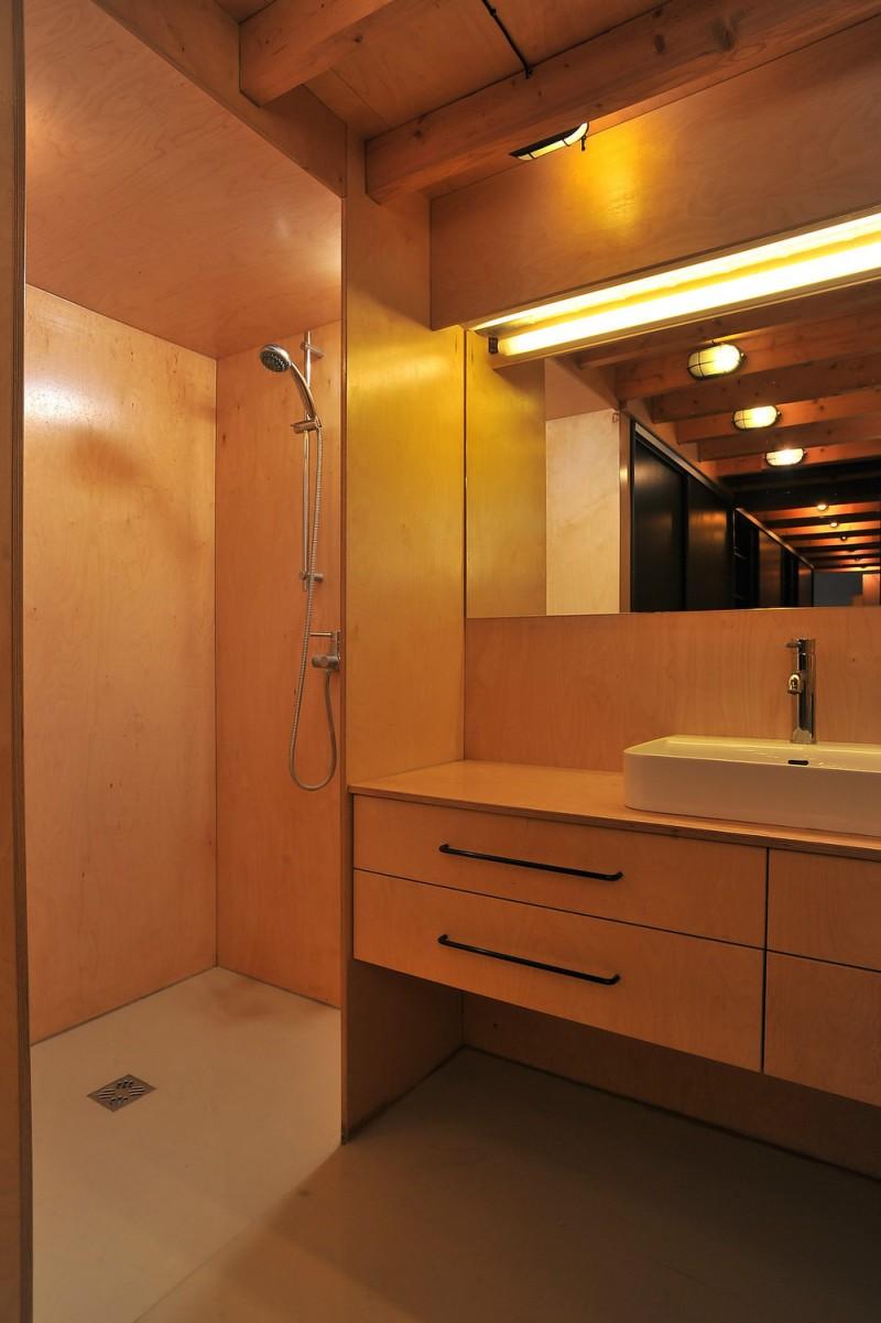 Salle de bain en contreplaqué