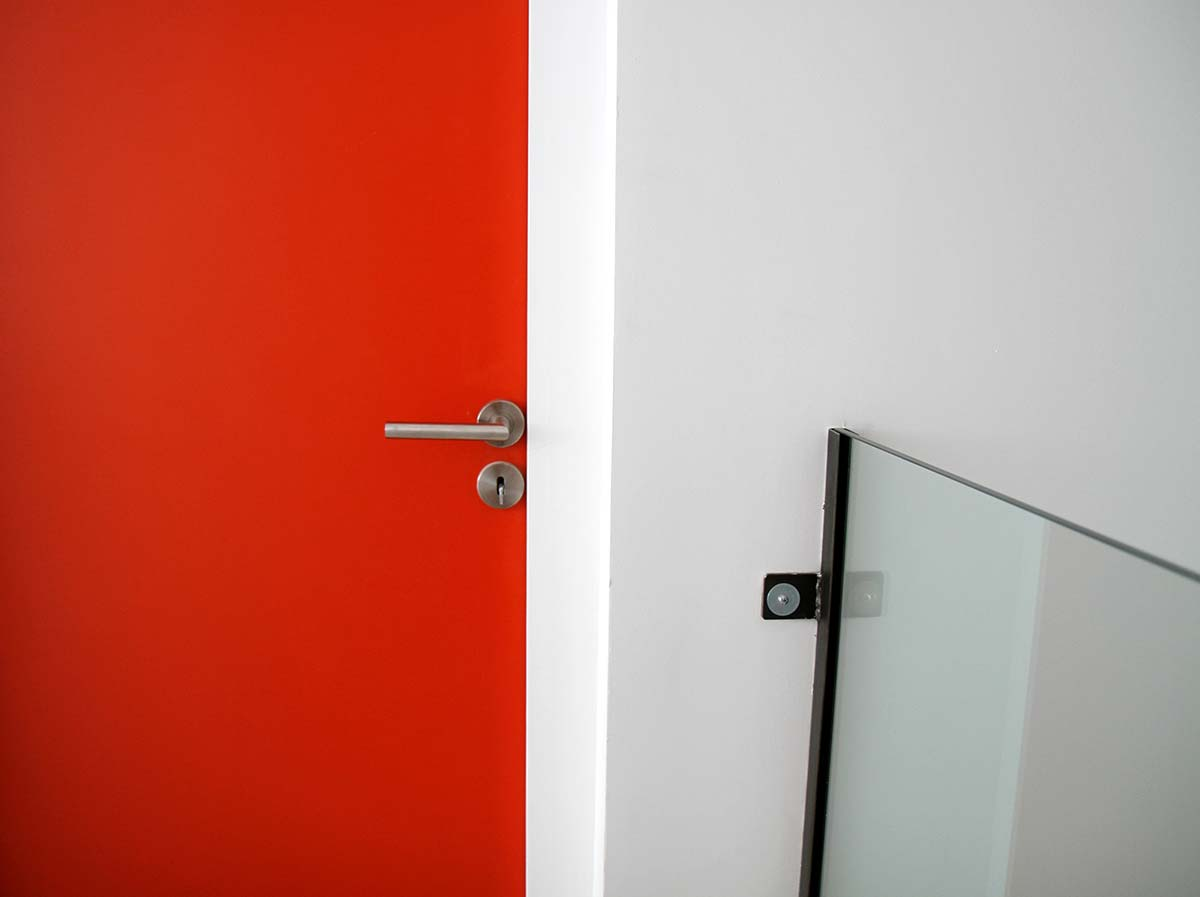 Porte rouge corail for Decoration porte interieur peinture