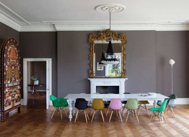 Table avec chaises Eames depareillees