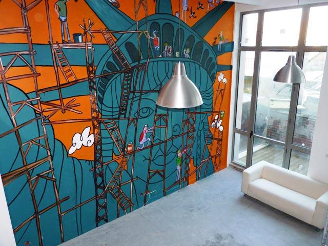 fresque statue de la liberte sur le mur d un loft
