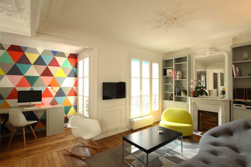 Mur avec papier peint triangle coloré