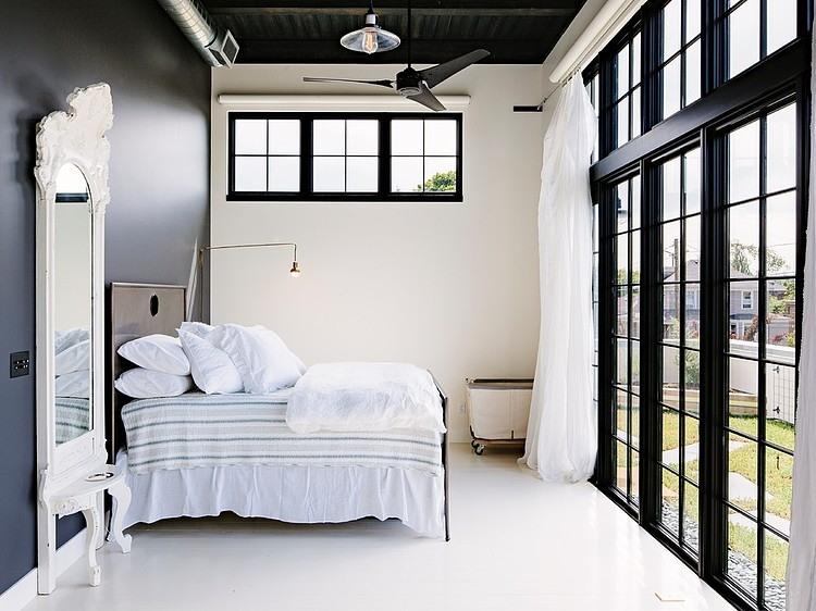 chambre avec baie vitr e. Black Bedroom Furniture Sets. Home Design Ideas