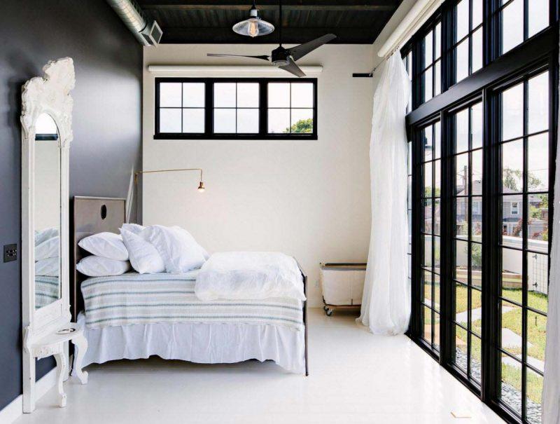 Chambre avec baie vitrée haute