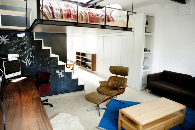 Le lit suspendu et l'escalier qui lui donne accès