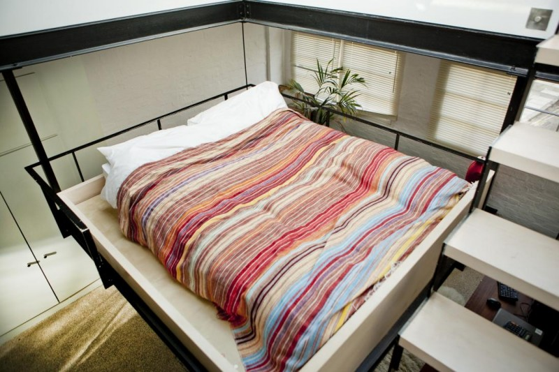 lit suspendu dans un petit loft. Black Bedroom Furniture Sets. Home Design Ideas