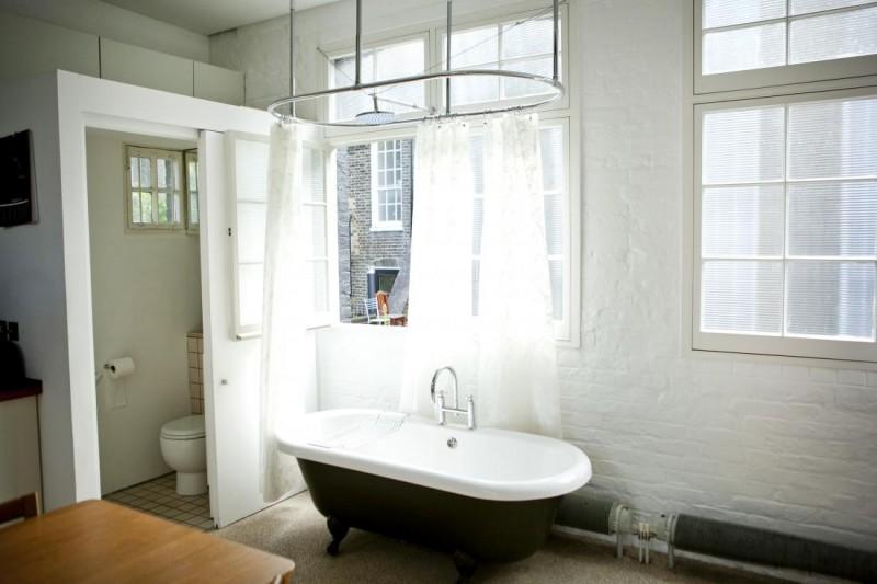 Loft avec salle de bains ouverte
