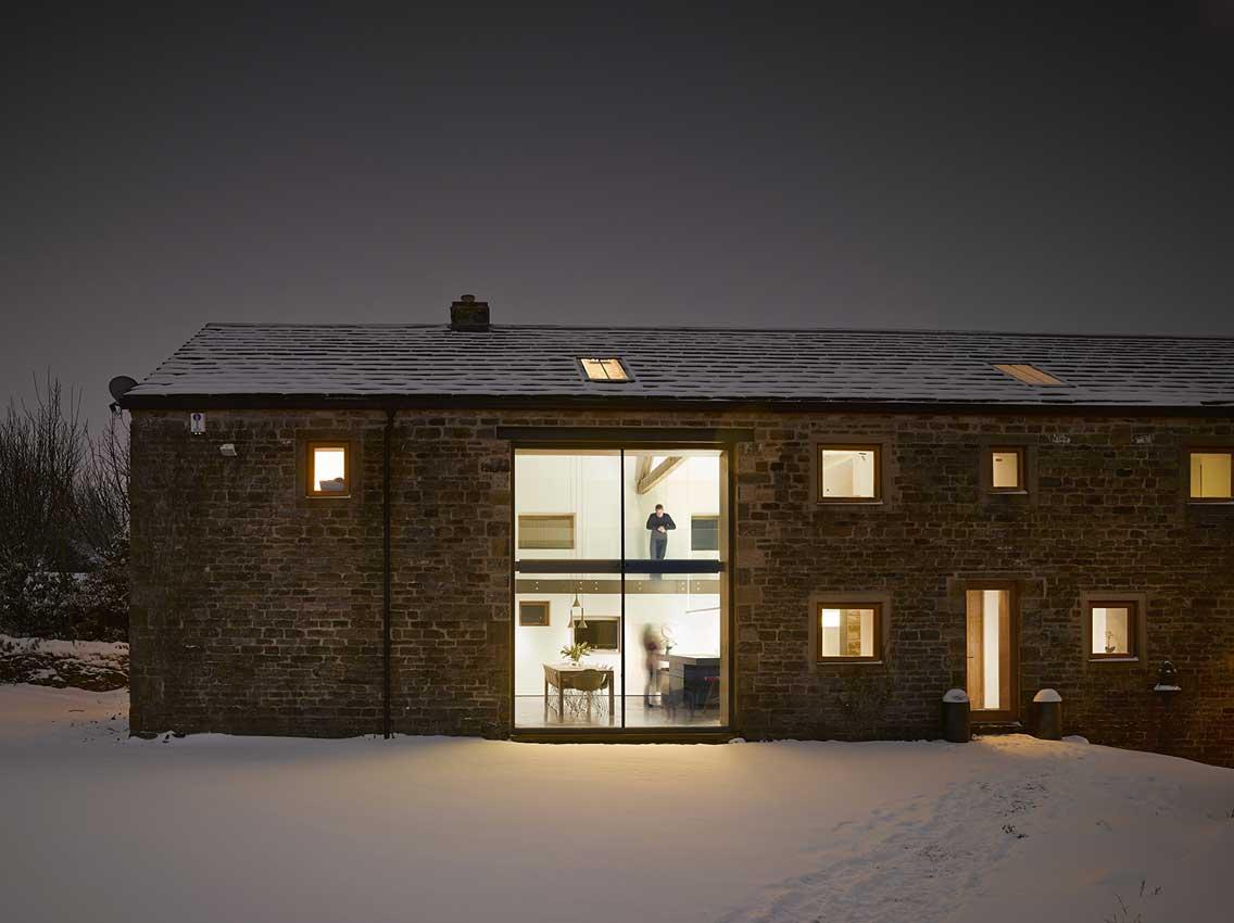 Grande baie vitr e cr e dans le mur de la grange - Renover une grange en loft ...