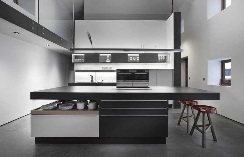 R novation d 39 une grange par snook architects for Cuisine moderne noire