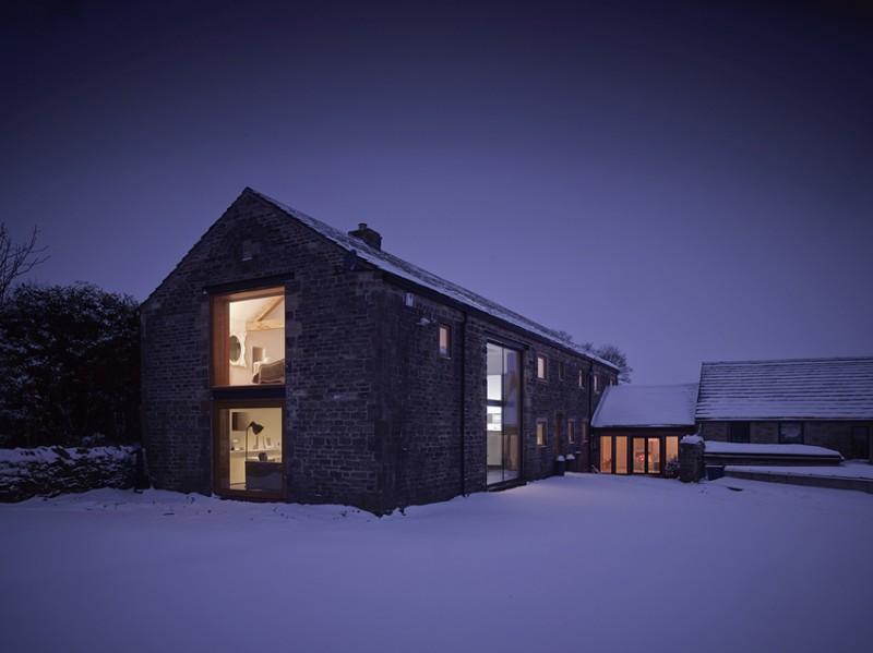 La grange sous la neige la nuit