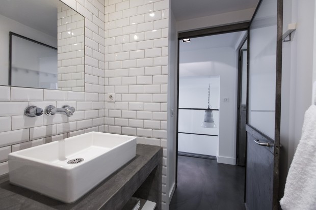 Rue des dames loft louer paris for Salle de bain carrelage metro