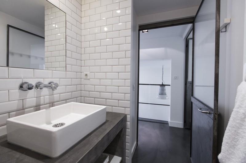 Salle de bain avec carrelage métro de Paris