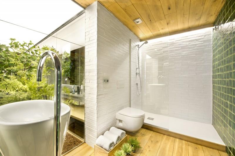 Salle de bains avec parquet