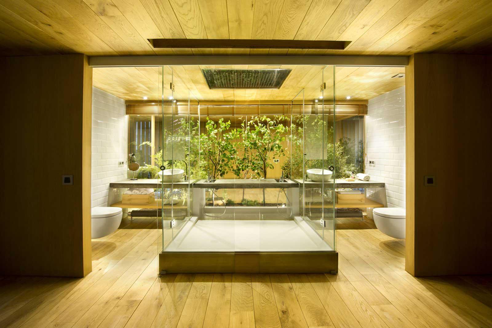 Salle de bains avec plafond en bois