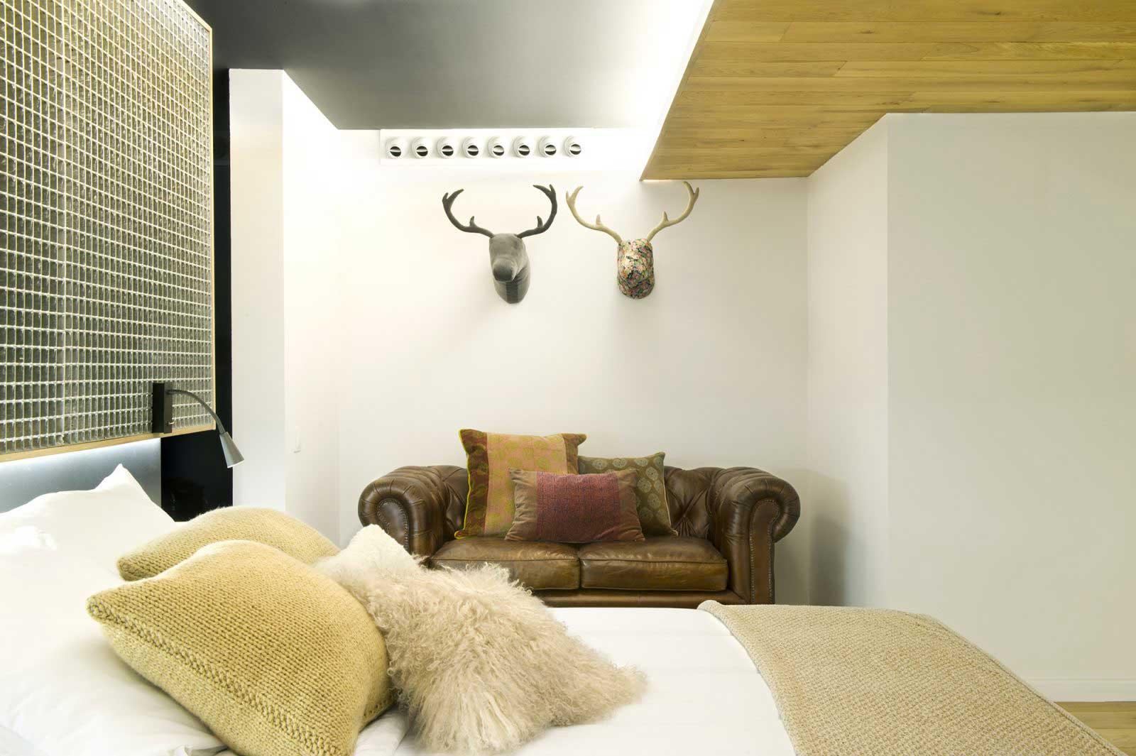 Canapé avec tête de cerf au-dessus
