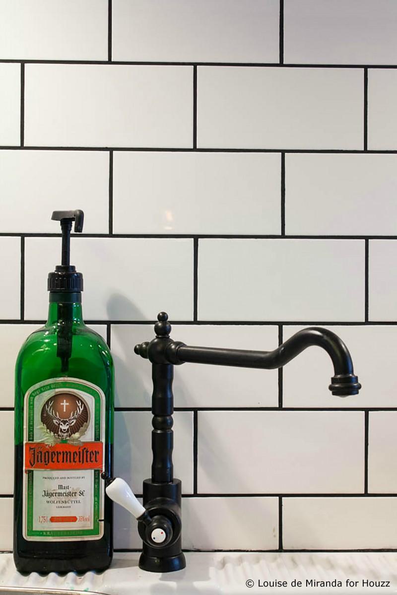 Distributeur de savon avec une ancienne bouteille de Jagermeister