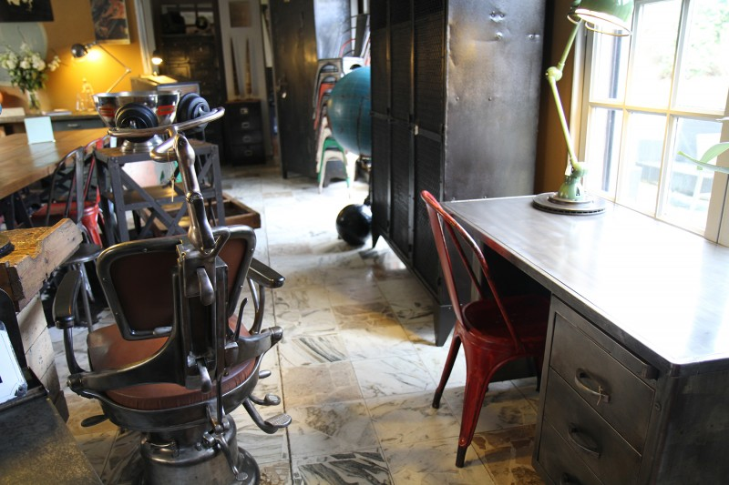 Bureau en métal ancien