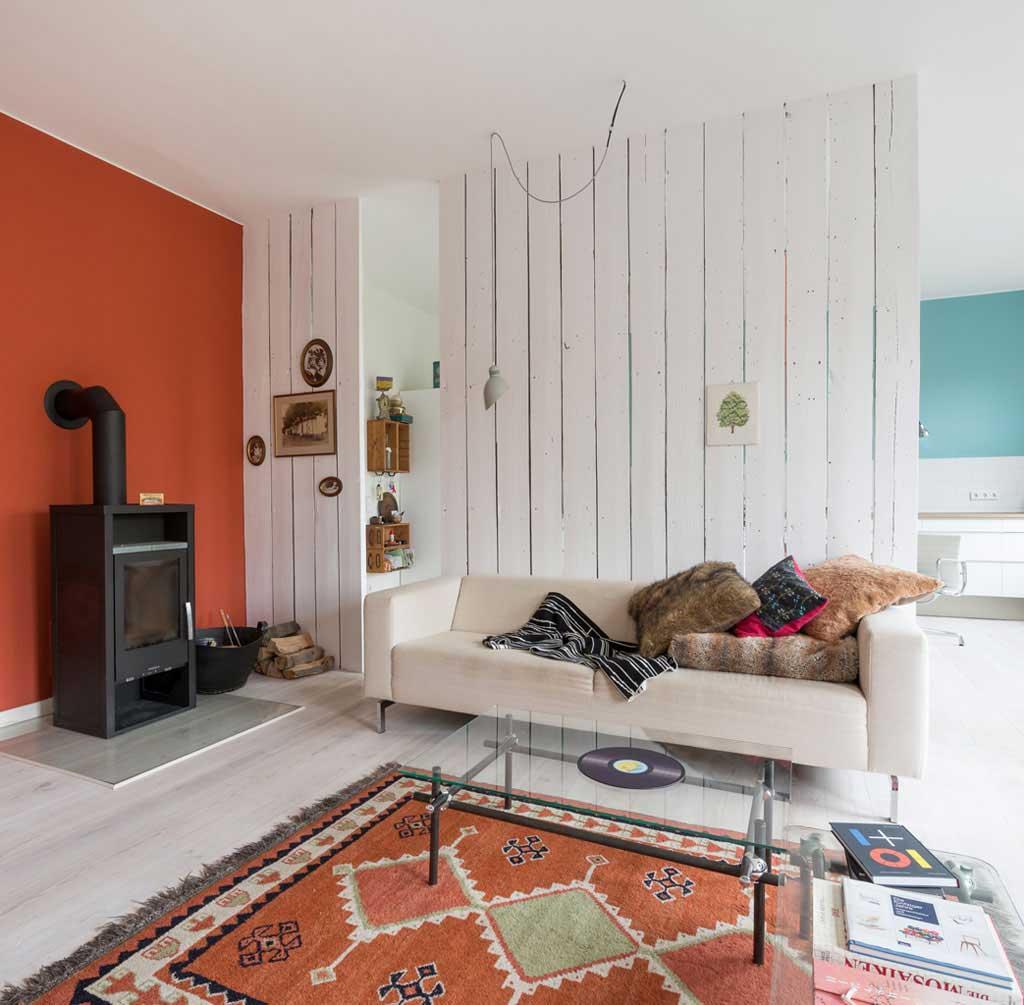 tapis sur un parquet blanc. Black Bedroom Furniture Sets. Home Design Ideas