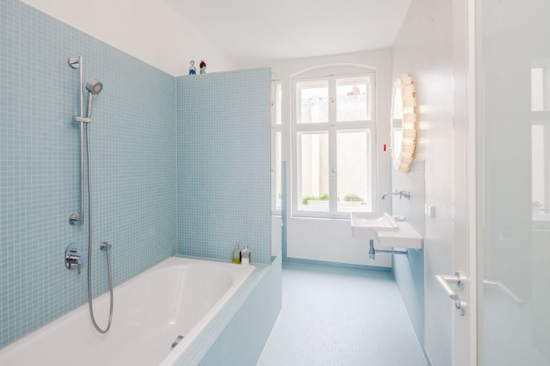 T03 appartement berlin par studio karhard for Salle de bain bleu ciel