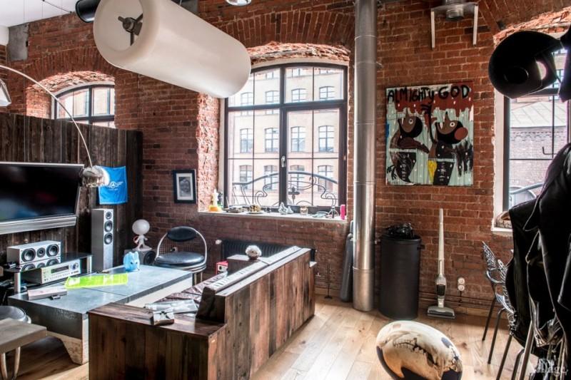 Salon avec TV accroché sur un mur en bois