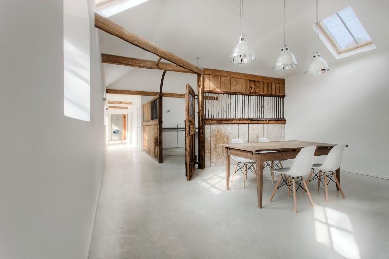 Loft minimaliste avec bois et béton