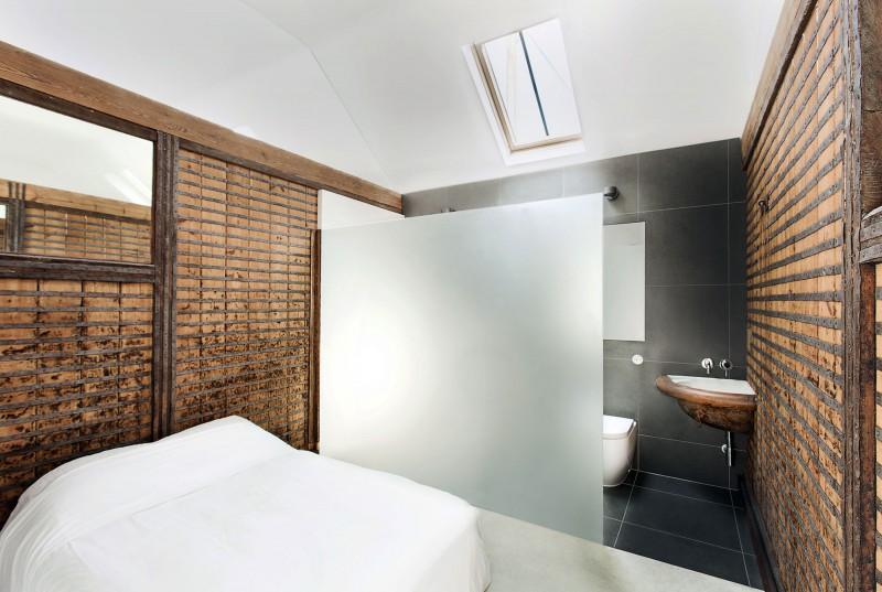 Chambre avec tête de lit en bois