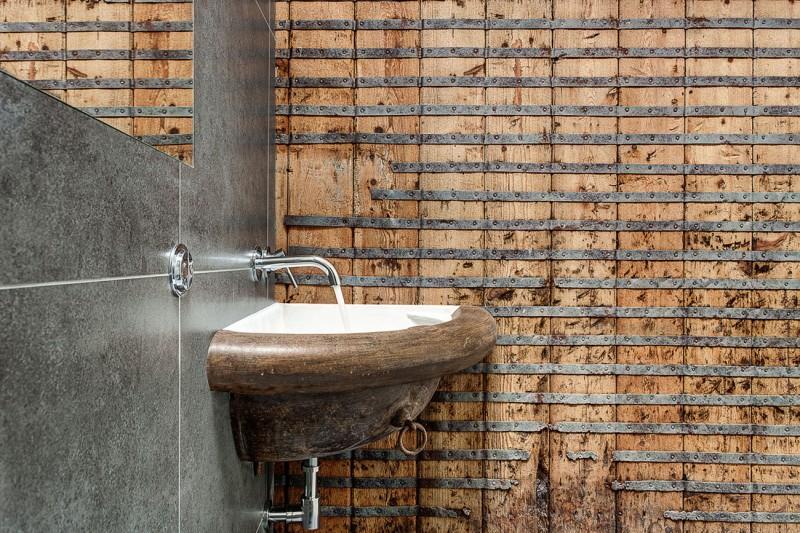 Abreuvoir transformé en lavabo dans le loft